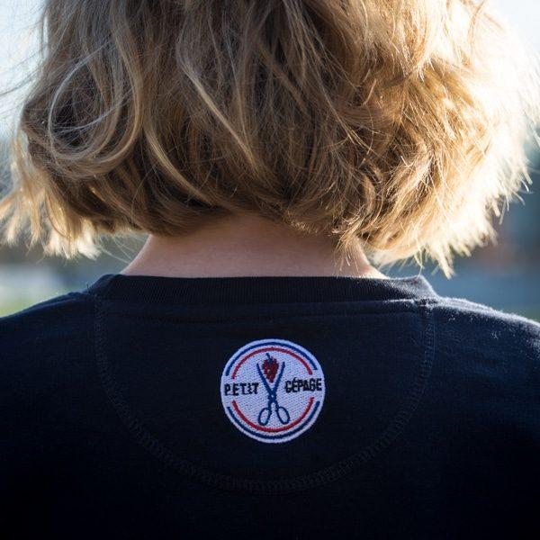 Logo Petit Cépage au dos d'un sweat femme